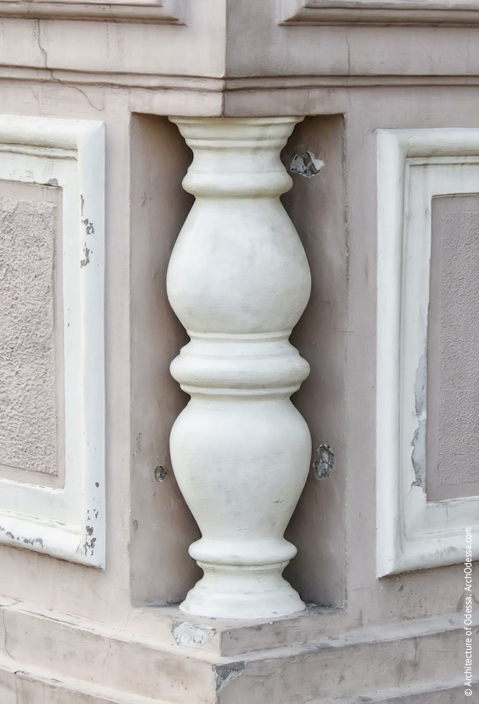 Левосторонняя скульптурная группа, декоративная балясина на углу постамента