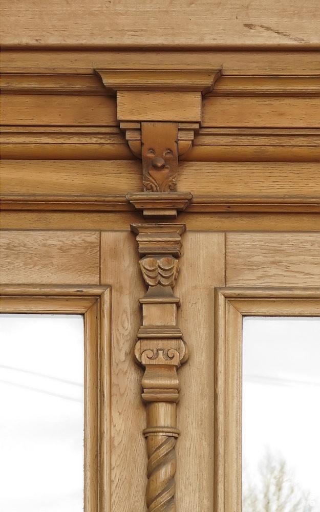 Входные двери, резная деталь