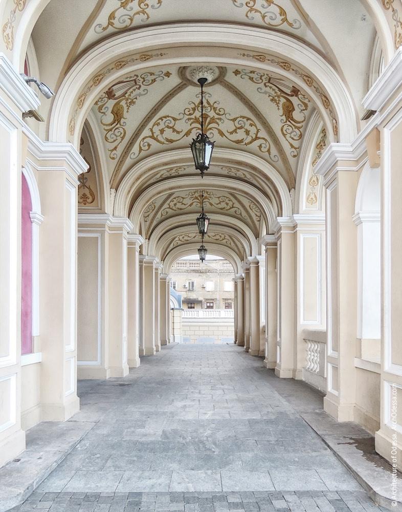 Портик со стороны Театрального сада, общий вид проезда
