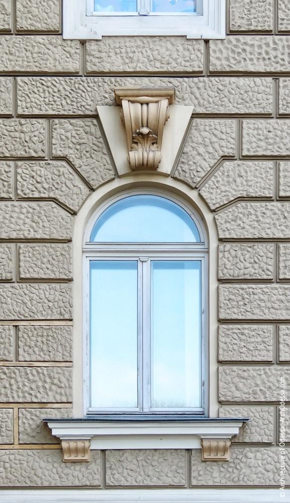 Окно первого этажа