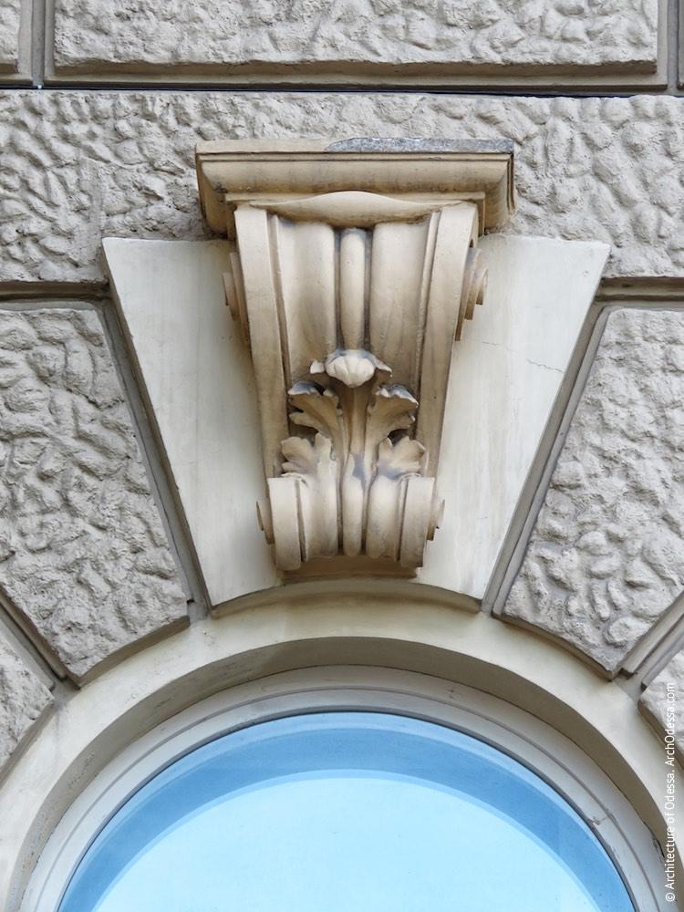 Окно первого этажа, замковый камень