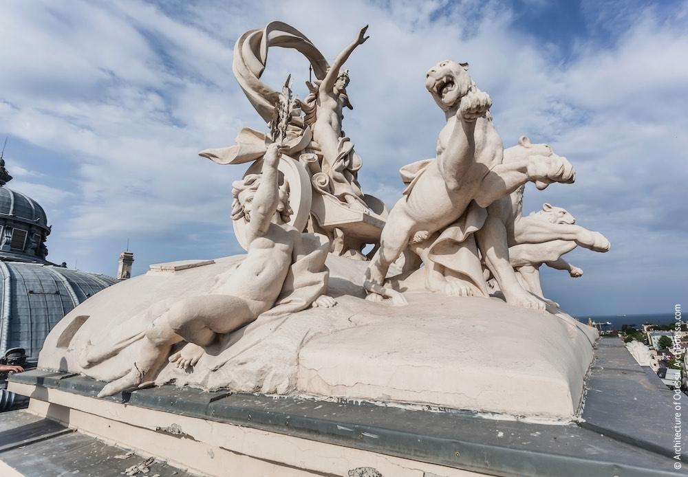 Венчающая скульптурная группа — Мельпомена в колеснице. Фото: Константин Тимошенко