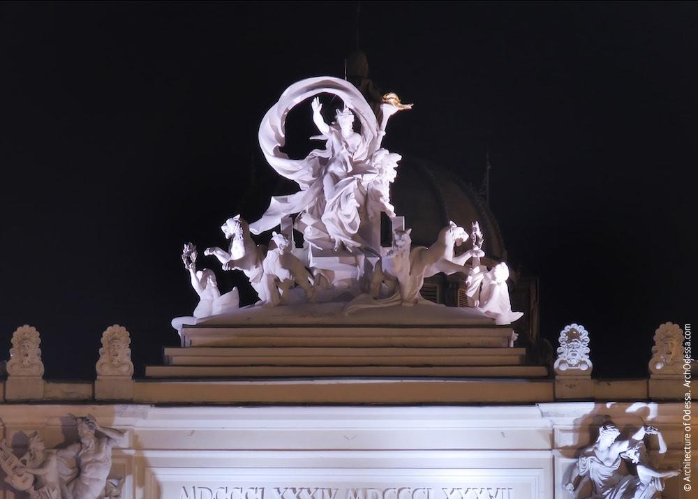 Венчающая скульптурная группа — Мельпомена в колеснице ночью