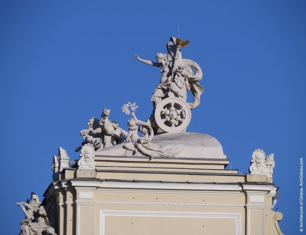 Венчающая скульптурная группа - Мельпомена в колеснице