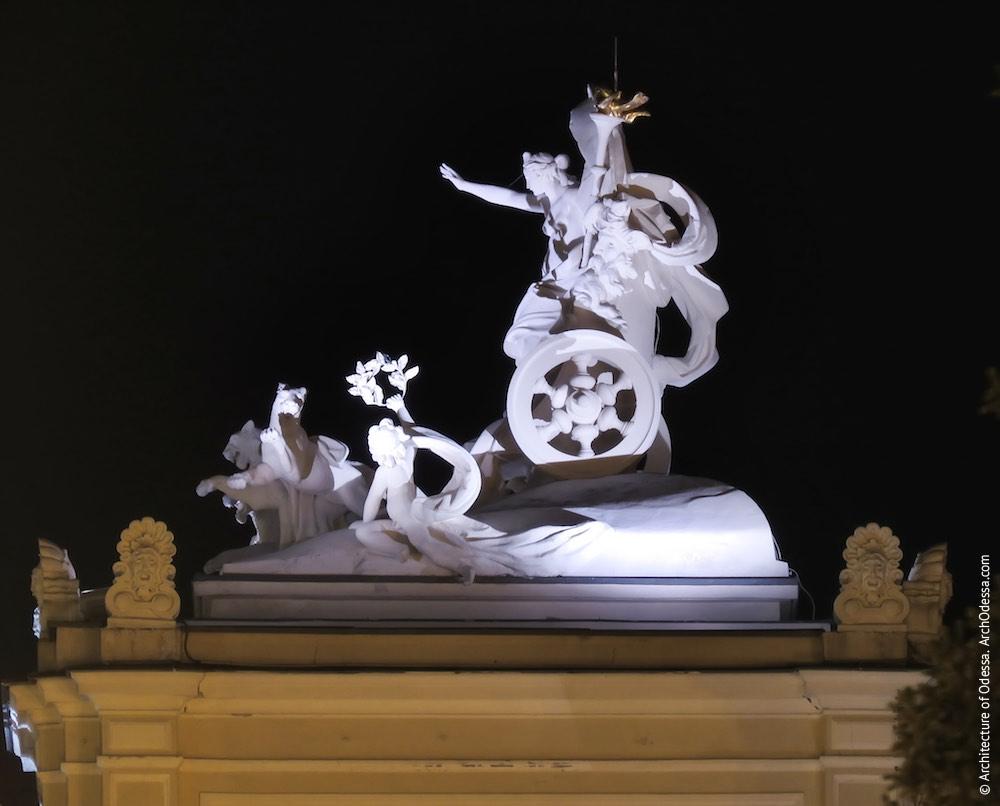 Венчающая скульптурная группа - Мельпомена в колеснице ночью