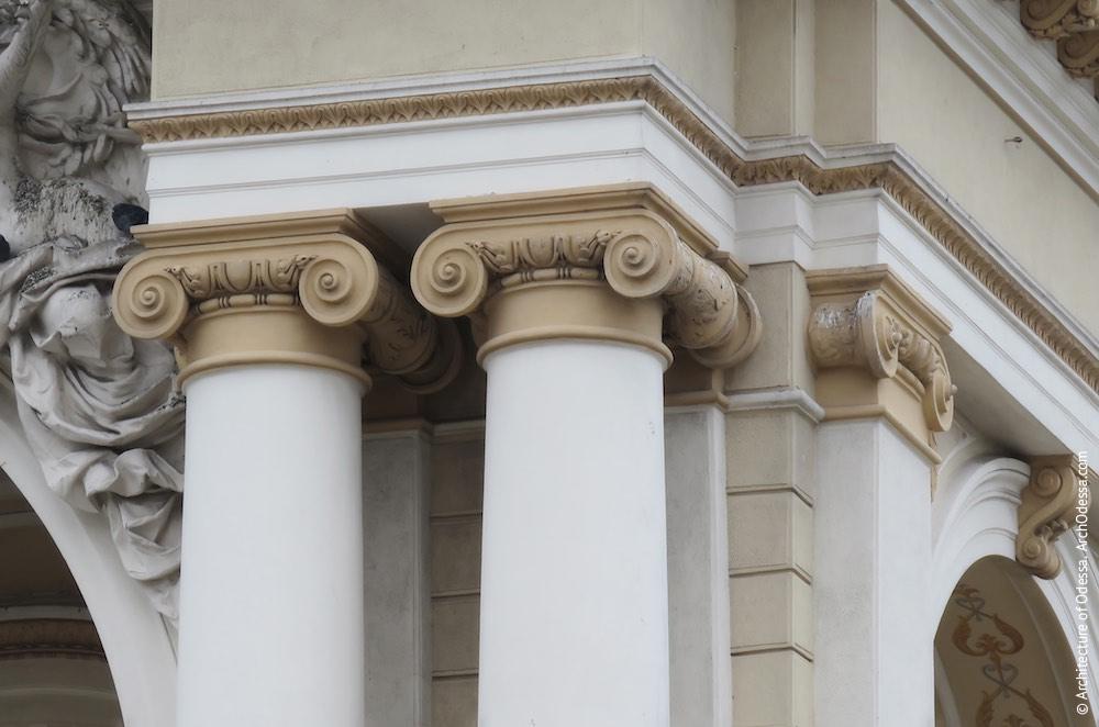 Второй ярус, капители колонн, фланкирующих центральный проем
