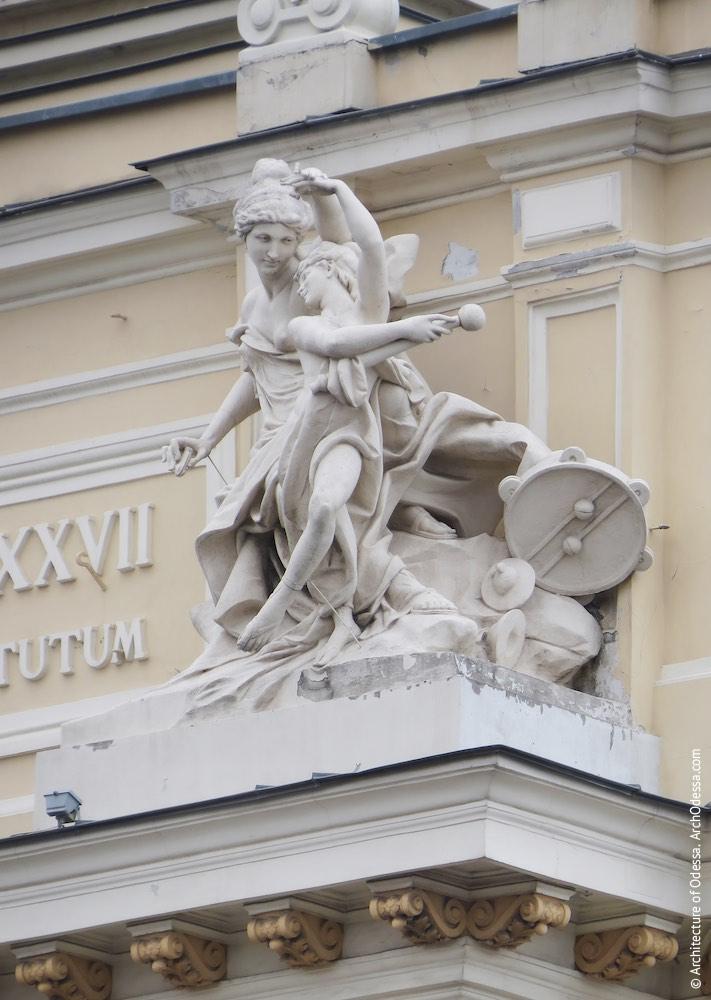 Правосторонняя скульптурная группа - Терпсихора