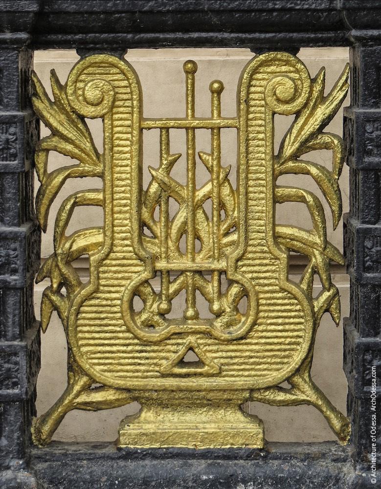 Верхняя секция, изображение арфы