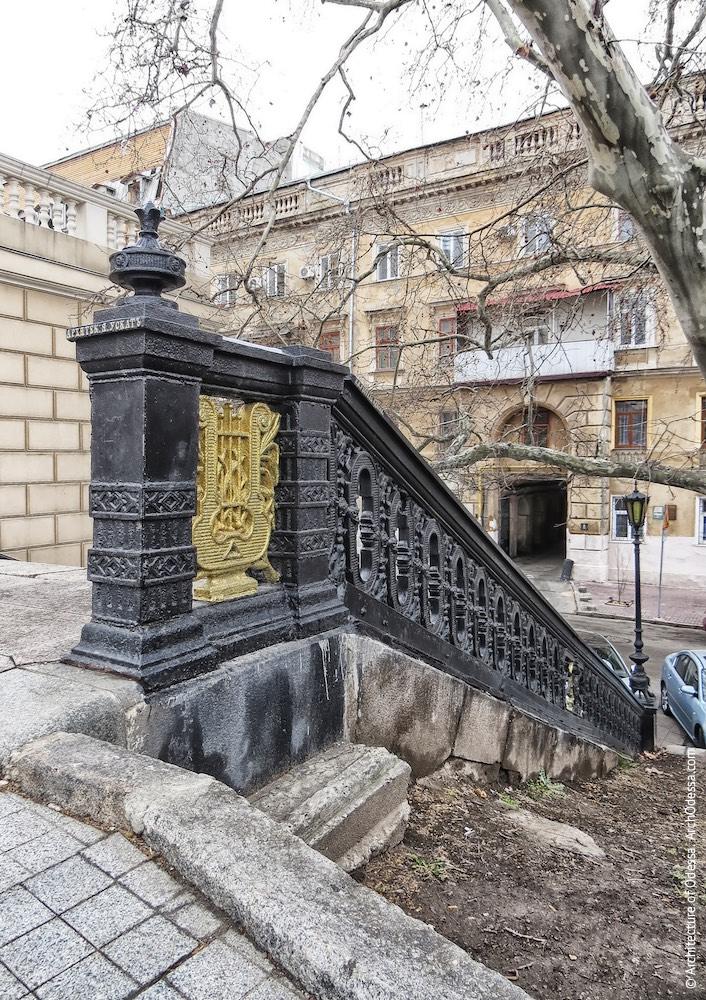 Левосторонее (при взгляде со стороны переулка Чайковского) ограждение, общий вид
