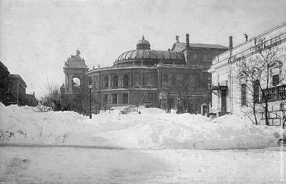 Вид театра со стороны Ланжероновской
