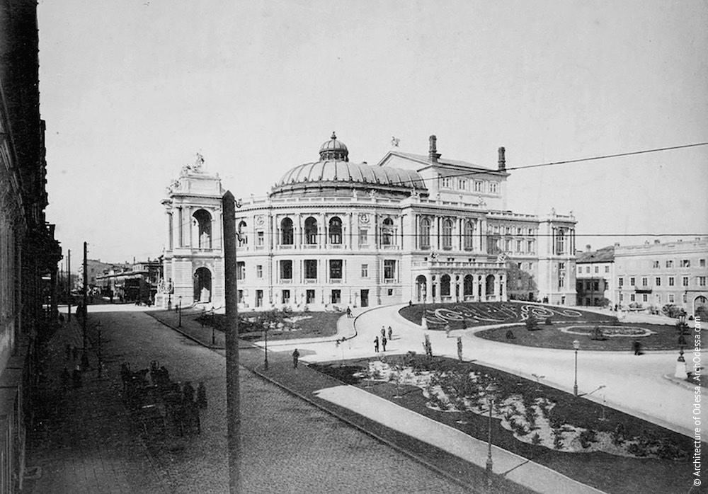 Вид театра со стороны гостиницы «Европейская»