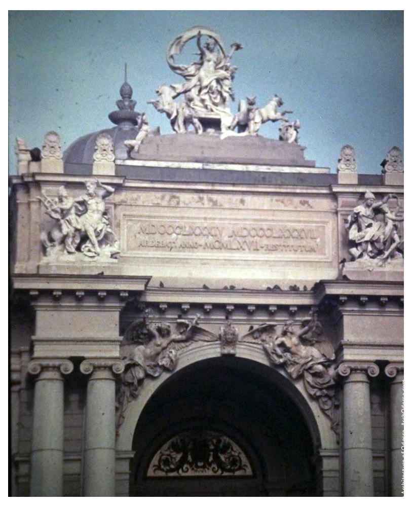 Фронтон театра и венчающая его скульптурная композиция. Фото: В. Фертюк