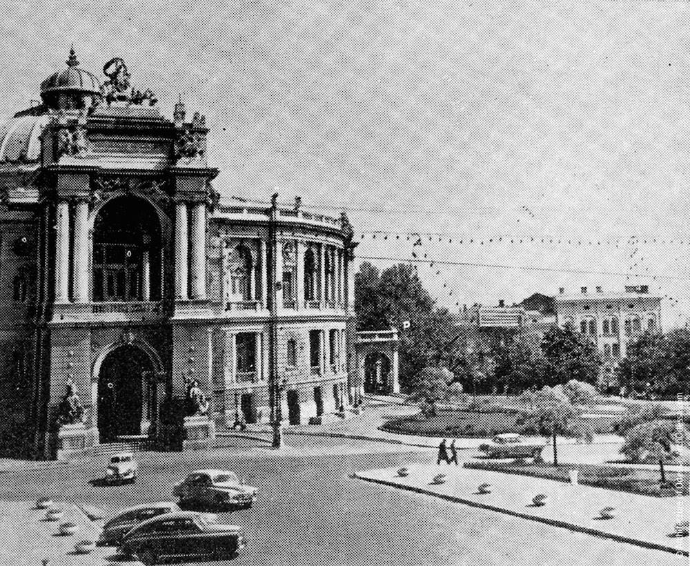 Вид театра и театрального сада