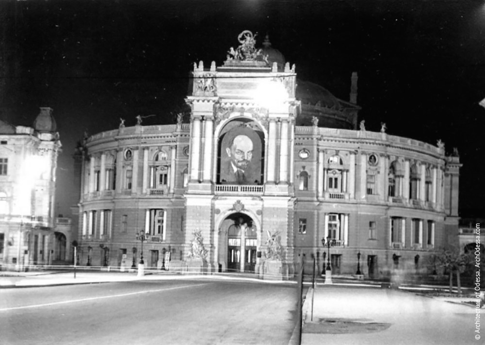 Вид театра с Ришельевской. Фото: Л. Ковалева