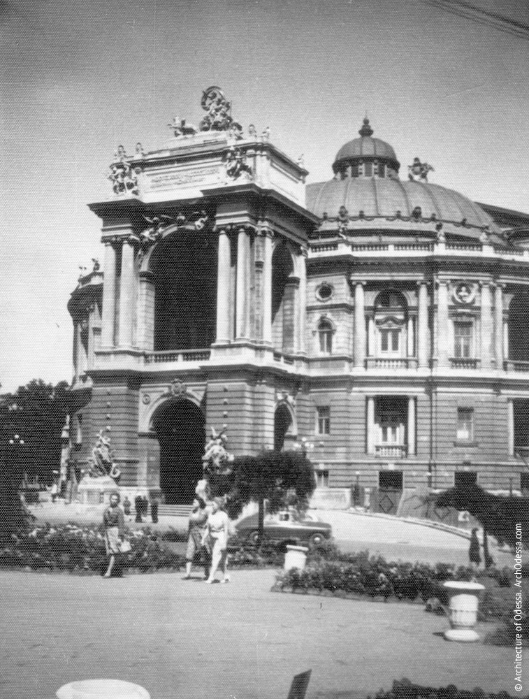 Вид театра с Ришельевской. Фото: Г. М. Петросяна, 1956 г.