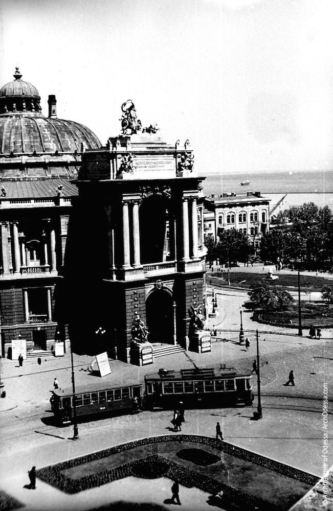 Вид театра со здания по Ришельевской, 4. Фото: из ЦГАКФФД им. Пшеничного, 1950 г.