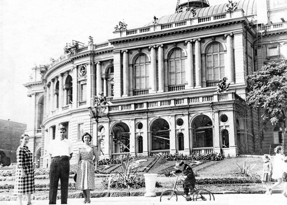 Вид театра со стороны Театрального сада, 1956 г.