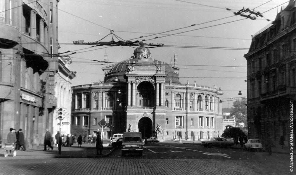 Вид театра с Ришельевской