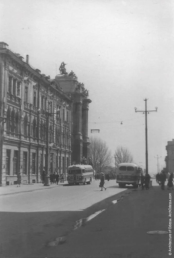 Вид портала главного входа театра с Ланжероновской, на переднем плане - доходный дом Навроцкого