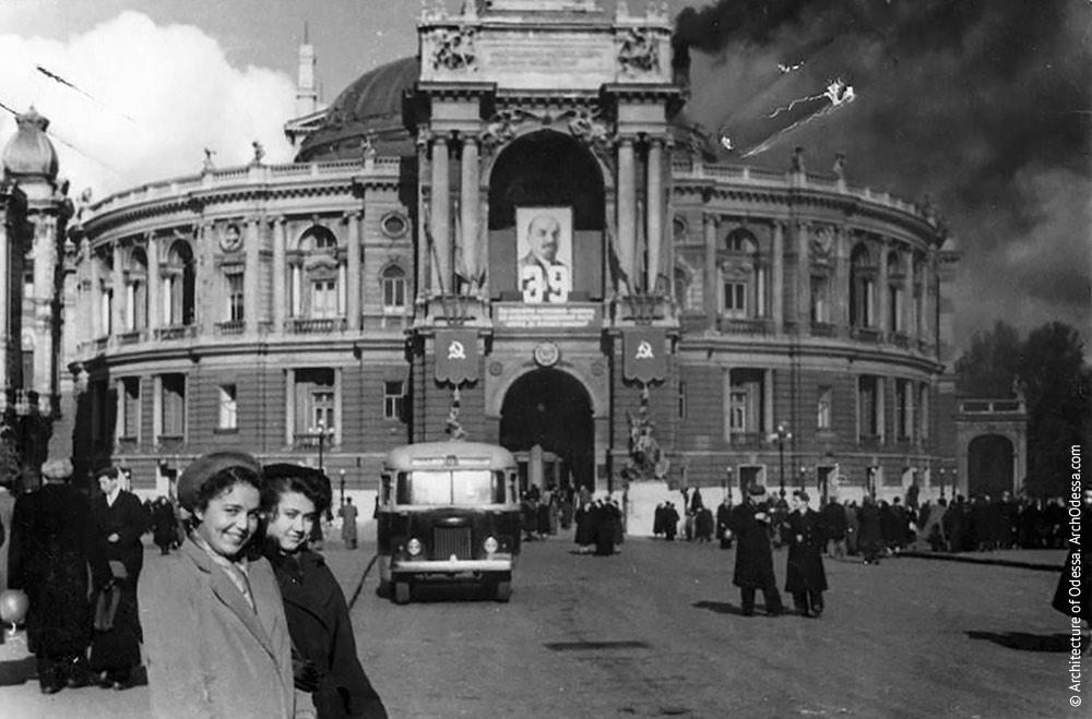 Вид театра с Ришельевской. Фото: А. Якимчук, 1956 г.