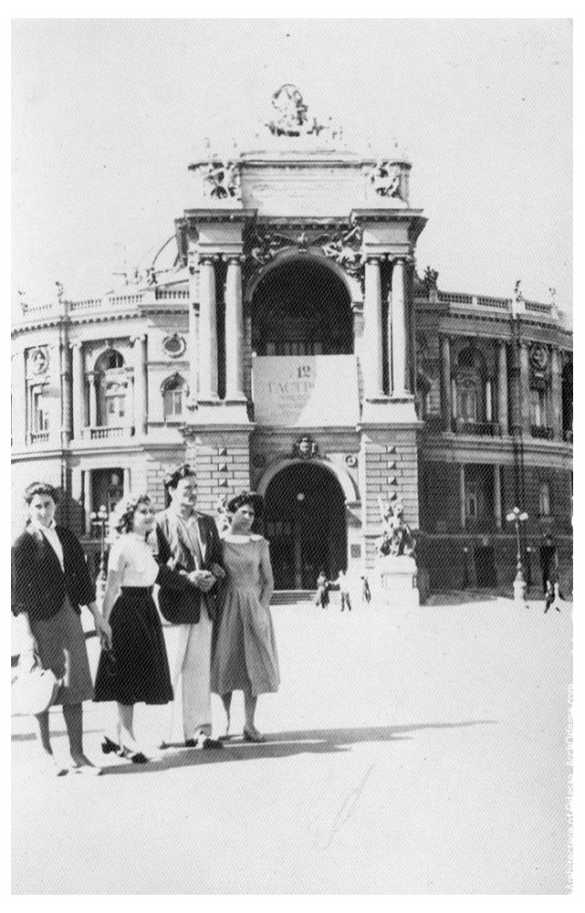 Вид театра с Ришельевской, неизвестный семейный архив 1960 г.
