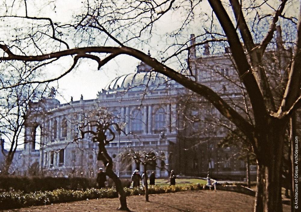 Вид театра со стороны Театрального сада. Фото: И. Алекссев, 1961 г.