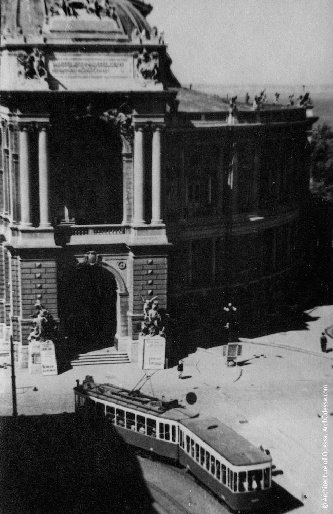 Вид театра со здания по Ришельевской