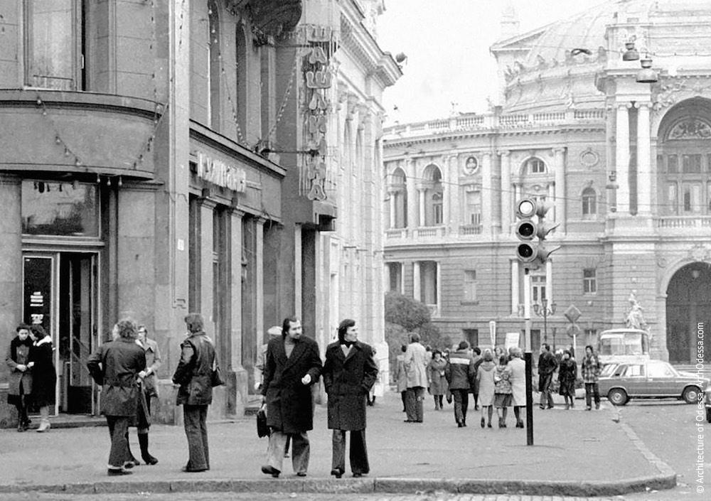 Ришельевская, вид Театральной площади и театра