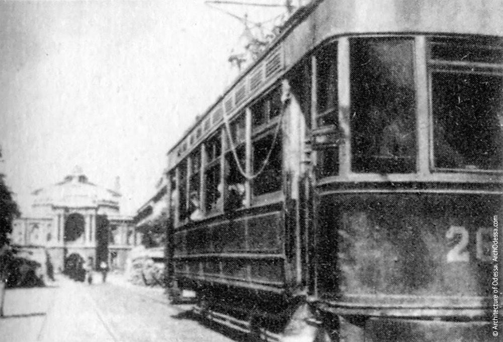Трамвай, идущий по Ришельевской, позади баррикады перед театром