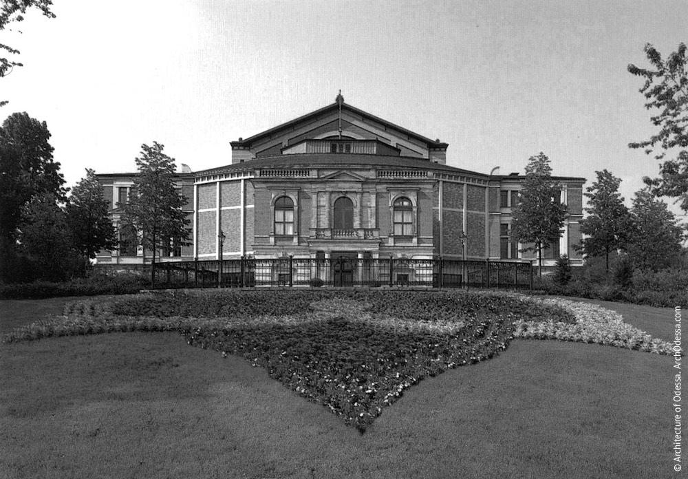 Фестивальный театр в Байройте, Германия (арх. Г. Земпер, 1876 г.). Возведен на основе нереализованного проекта оперного театра в Мюнхене.