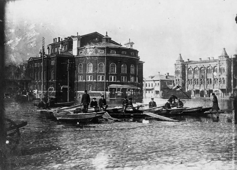 Театр в Рыбинске, Россия (В. А. Шретер, 1875–1879 г.г.) Во многом наследовал безпортальную композицию полукруглой дуги главного фасада у Королевского театра в Дрездене. Не сохранился, сгорел в 1920 г.
