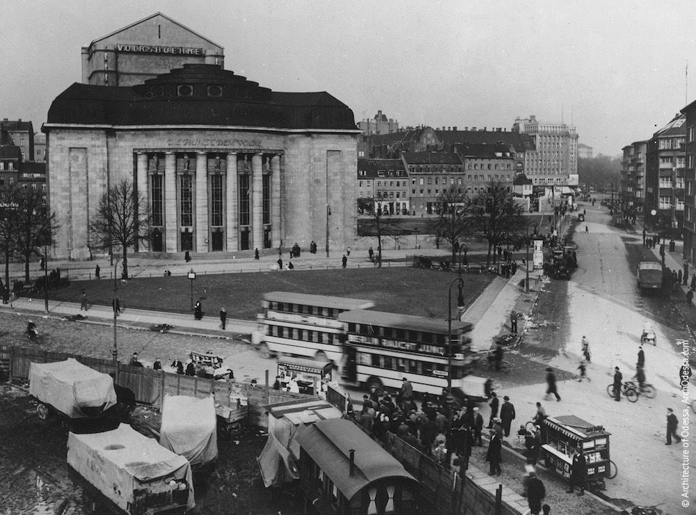 Театр Фольксбюне в Берлине, Германия (1914–1915 г.г.). Частично перестроен после разрушений Второй мировой войны. Интересный пример театрального здания с дугообразным фойе, выстроенного в позднем югендстиле.