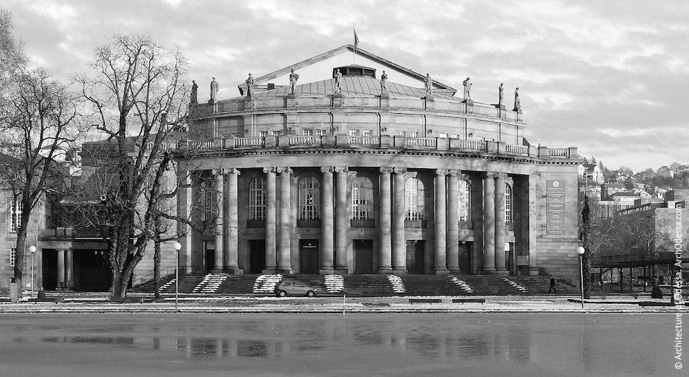 Городской театр в Штуттгарте, Германия (арх М. Литтманн, 1909–1912 г.г.). После Второй мировой войны частично перестраивался, однако в целом композиция главного фасада сохранена.