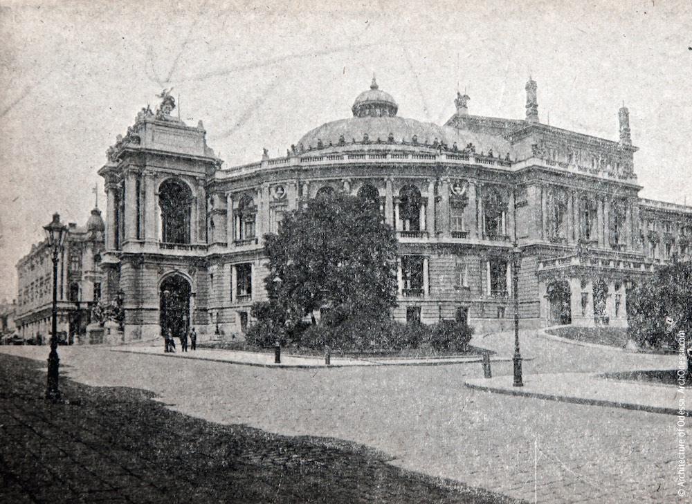 Вид театра с Ланжероновской