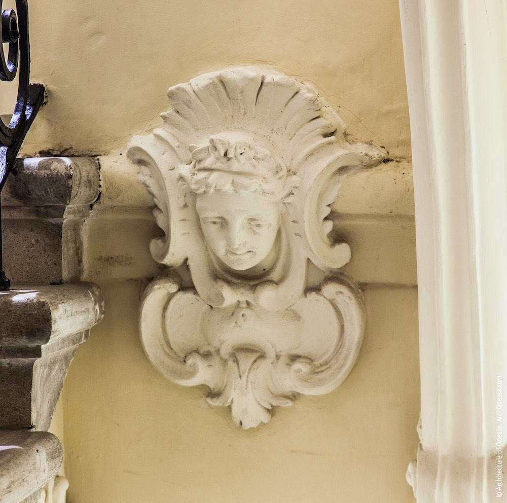 Маскарон в центре внешнего торца этажной площадки