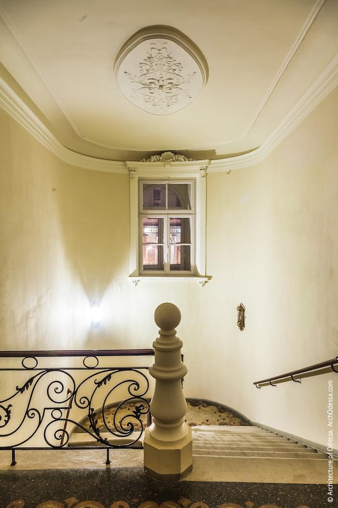 Вид с верхней площадки на световое окно и часть потолка с розеткой