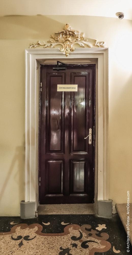 Дверь, ведущая в технические помещения