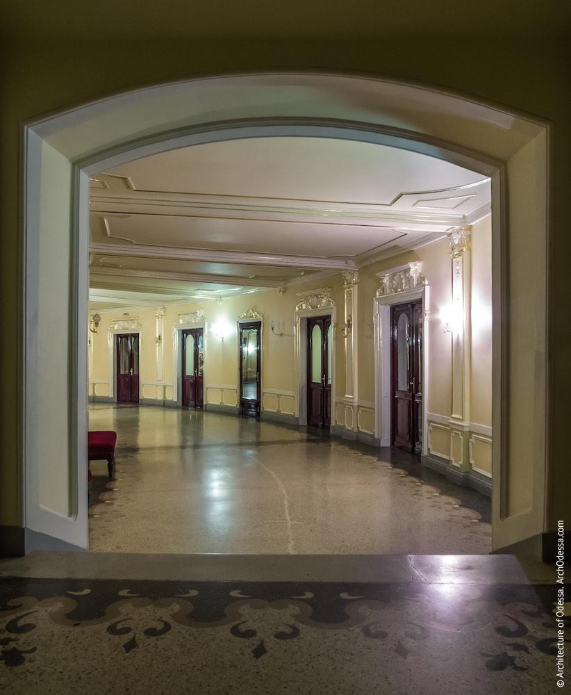 Вид из бокового коридора