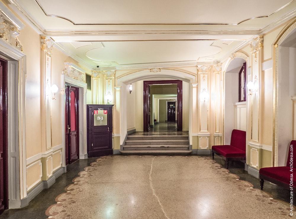 Вид из основного коридора в сторону одного из боковых