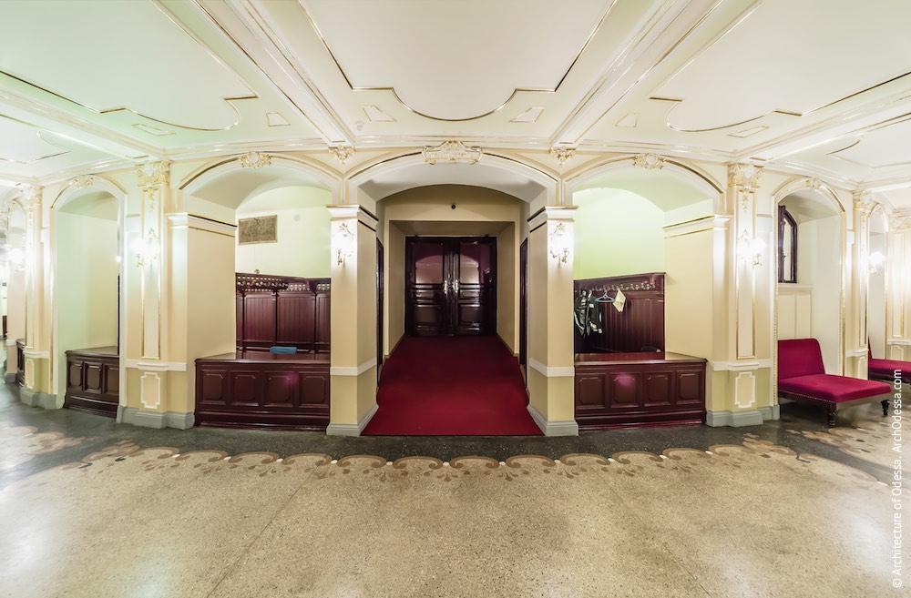 Общий вид, центральный проход в зрительный зал