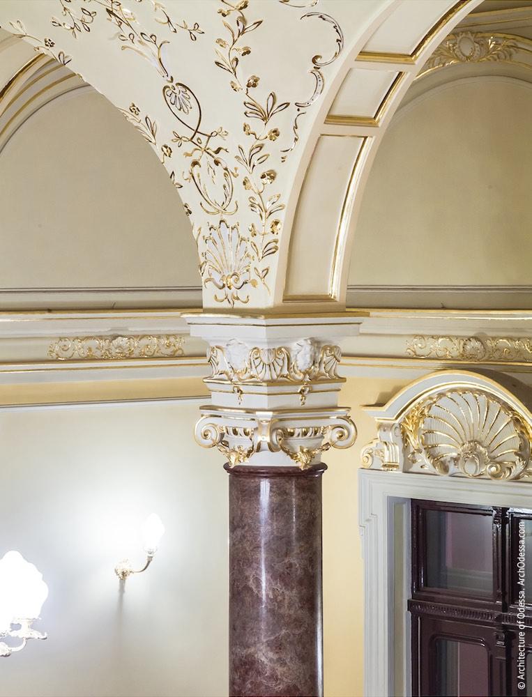 Капитель колонны и фрагмент лепной отделки сводов