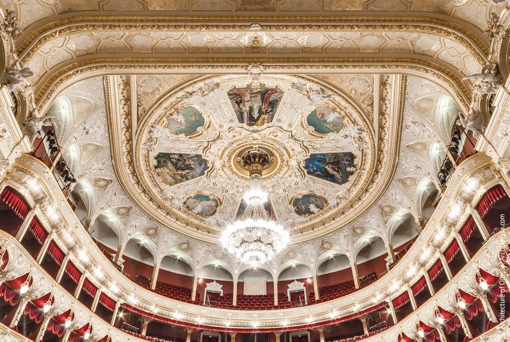 Плафон потолка, общий вид со сцены