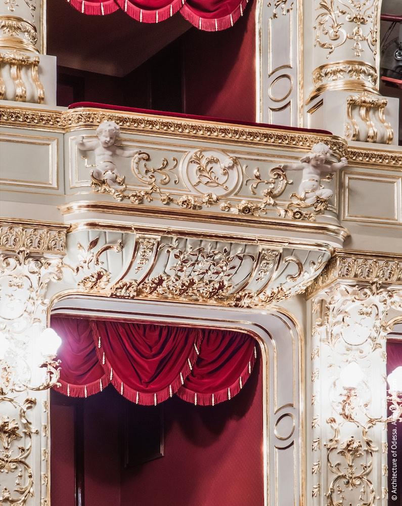 Балкон первого яруса