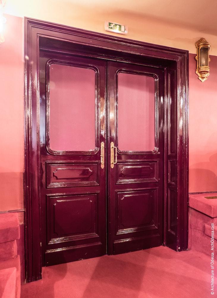 Дверь центрального прохода