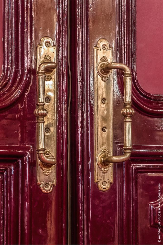 Дверь центрального прохода, ручки