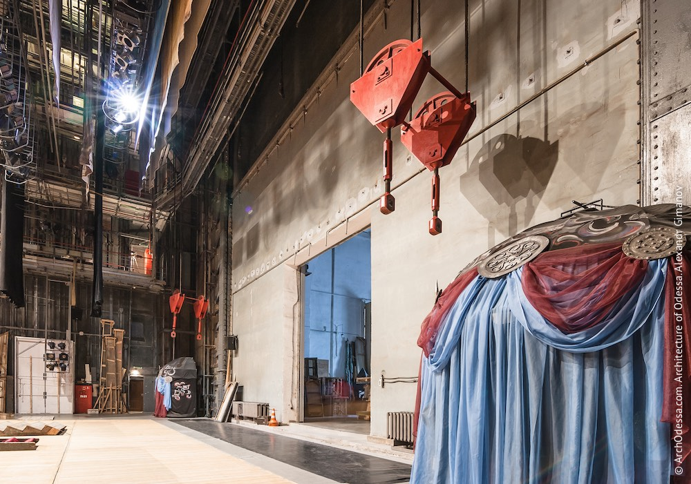 Сцена, сейф мягких декораций. Фото: А. Гиманов