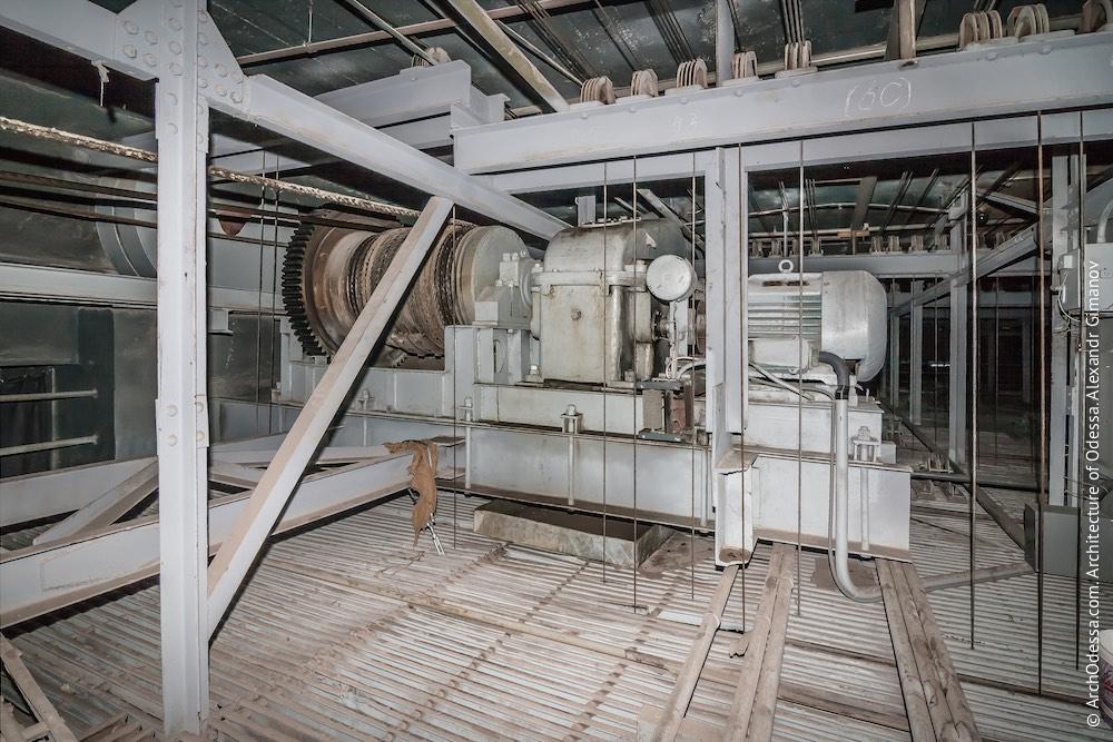 Лебёдка сейфа мягких декораций. Тяговое усилие лебёдки - 56 тонн. А сам вес сейфа мягких декораций, когда он полный - 43 тонны. Фото: А. Гиманов