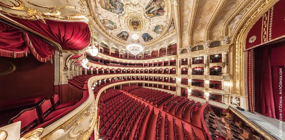 Общий вид с одного из балконов у сцены над бенуаром