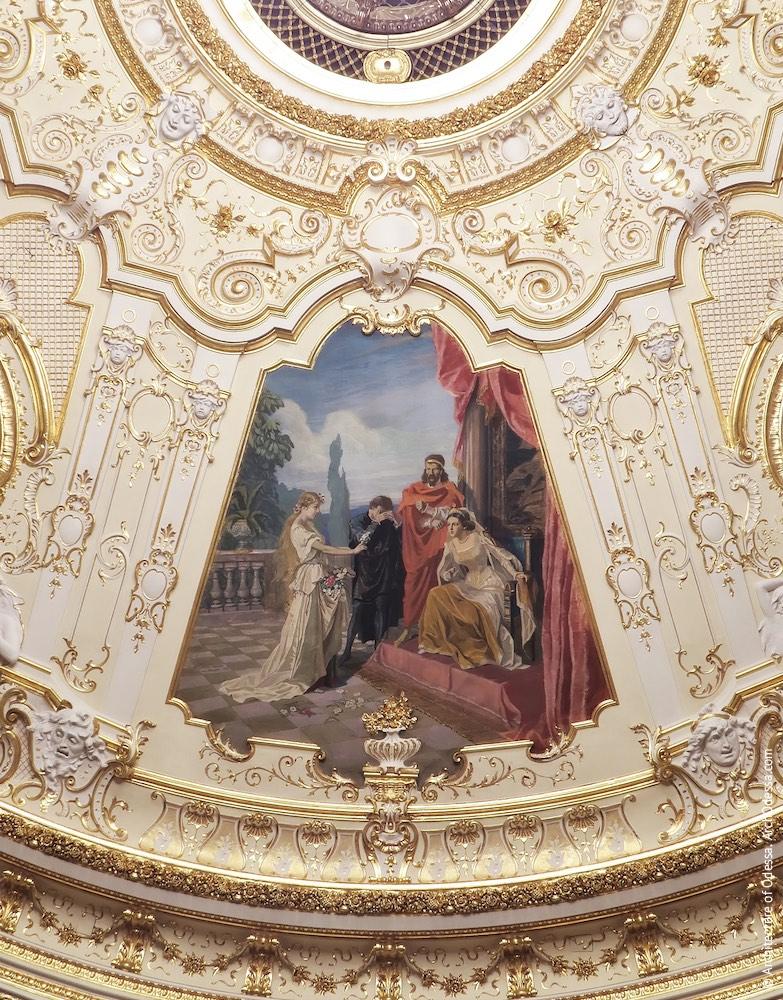 Одно из расписных полотен на тематику произведений Шекспира («Гамлет») и лепная отделка вокруг него