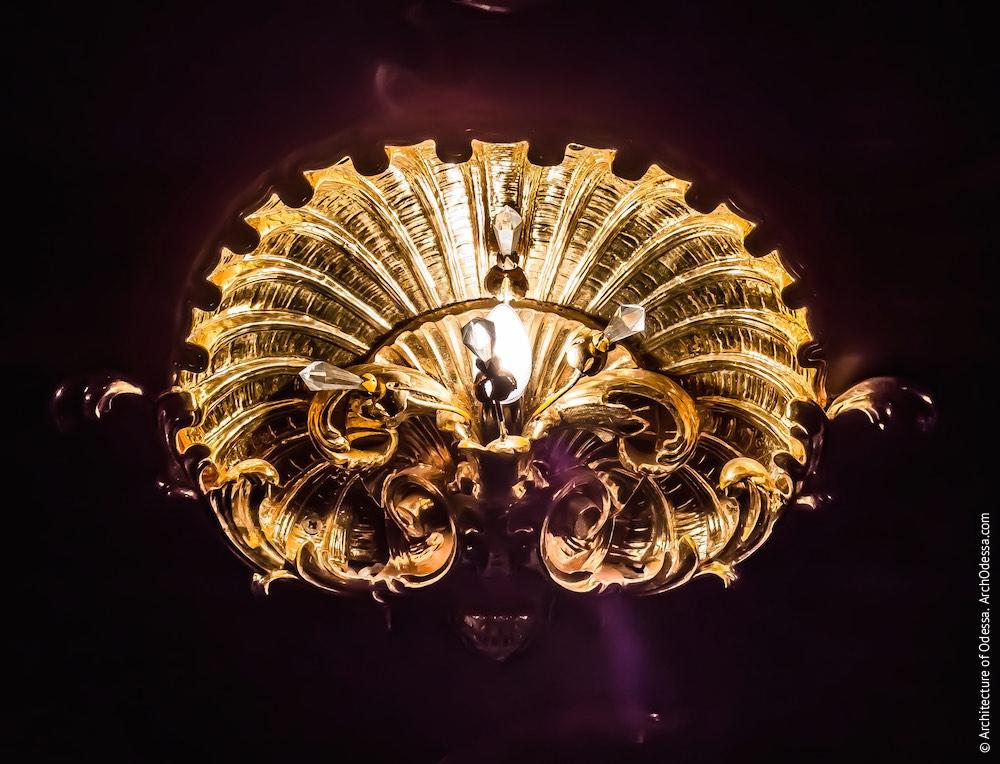 Светильник на перекрытии галереи над амфитеатром